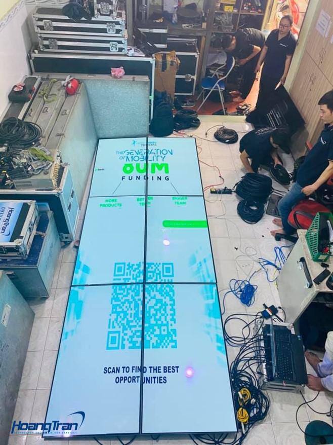 Ekip kỹ thuật Hoàng Trần kiểm tra video wall 2x3 trước khi giao